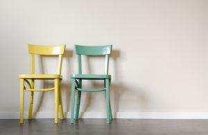 Zwei Stühle als Symbol